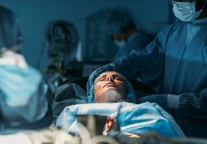『ブラックペアン』 患者が母親でも二宮和也の手術はまったくぶれない!の画像1