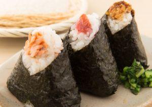 寿司は平気でも他人が握ったおにぎりは食べられない? 寿司を素手で握っても安全な理由の画像1